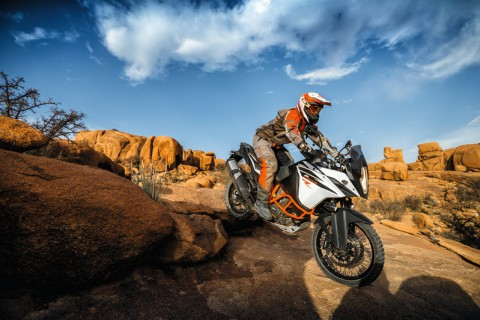 153135_ktm_1090_adventure_r_my_2017_action